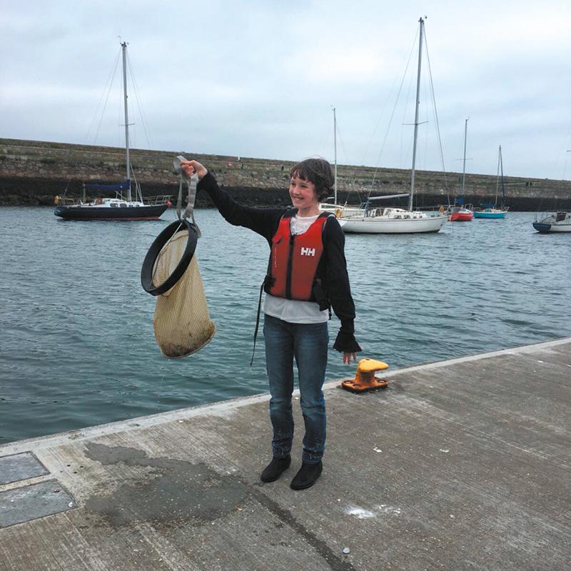 Flossie est une ado qui nettoie le port et les plages de son village