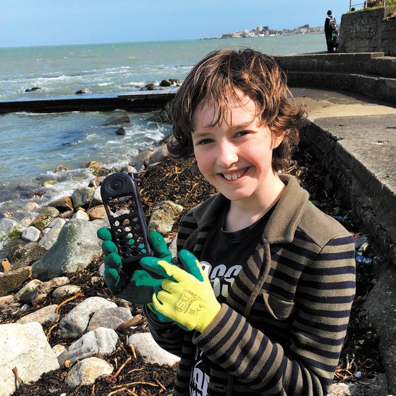 Sur les plages, Flossie ramasse de nombreux objets en plastique