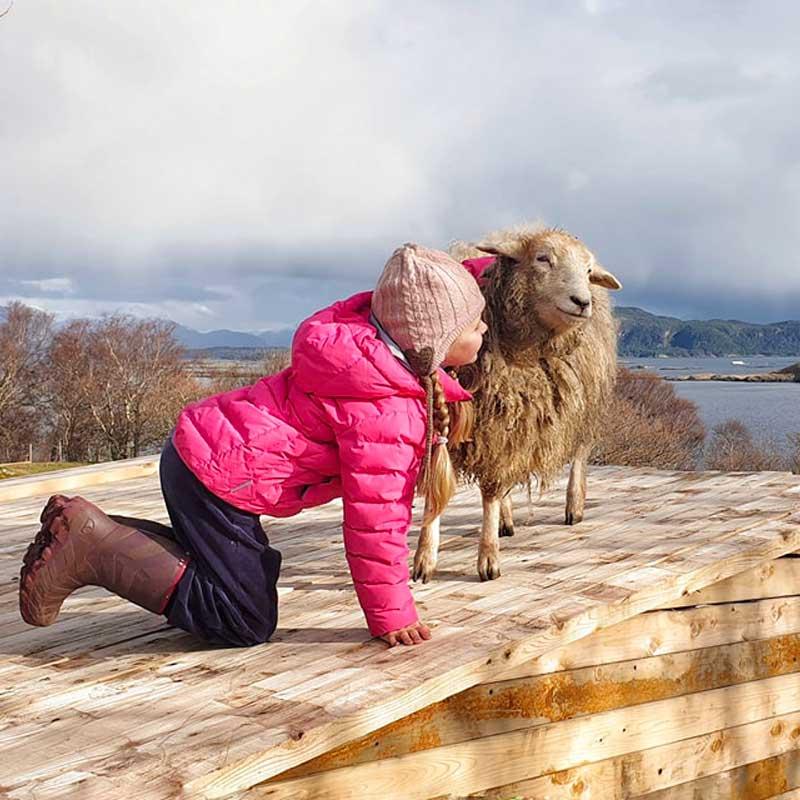 Les deux amies font de longues promenades près des fjords...