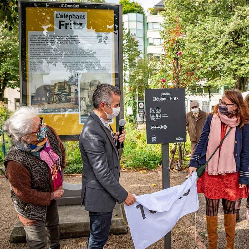 Inauguration du jardin, avec Isy Ochoa, Emmanuel Denis (maire de Tours) et Eléonore Aubry (élue à la condition animale)